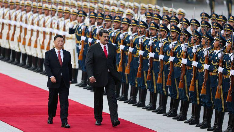Nicolás Maduro ao ser recepcionado por Xi Jinping em Pequim, em setembro passado.