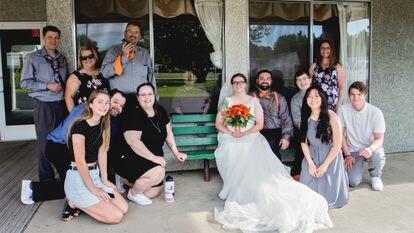 Por trás de um vidro, Donald Mansfield acompanhou sua filha Julie Kjorsvik no dia do seu casamento.