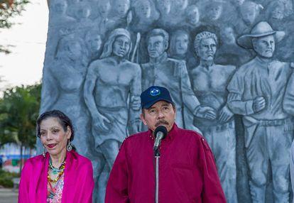 Daniel Ortega e Rosario Murillo na cerimônia de aniversário do líder sandinista Carlos Fonseca Amador na Praça da Revolução.