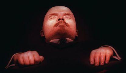 O corpo embalsamado de Lênin, na tumba.