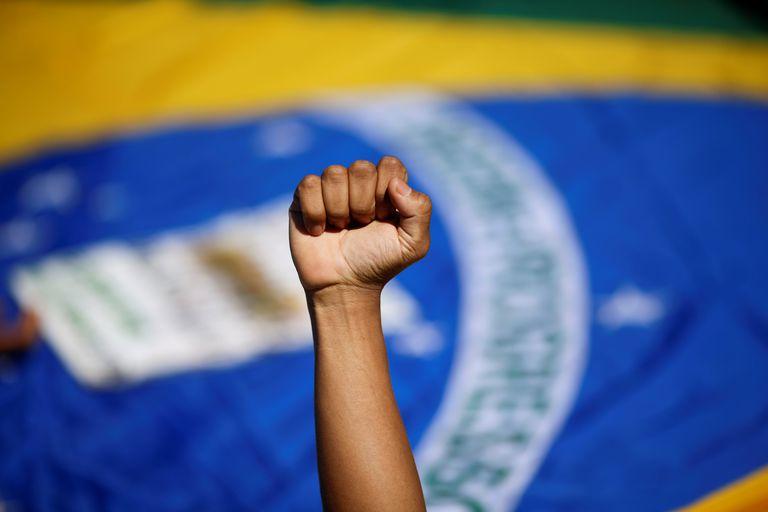 Manifestante protesta contra o racismo no Brasil e em defesa das vidas negras em um ato em 21 de junho deste ano em Brasília.