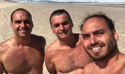 Eduardo, Jair e Carlos na praia em agosto. Foto foi postada por pai e partilhada por deputado federal.