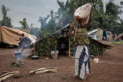 Uma mulher carrega um saco de grãos no mercado de Ndu, no extremo norte da República Democrática do Congo, perto do abrigo da República Centroafricana, em 13 de agosto de 2017.