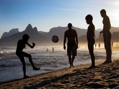 Adolescentes jogam bola no Rio.