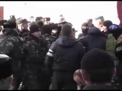 Soldados ucranianos abandonam a sede da Marinha na Crimeia.