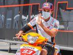 GRAFAND767. JEREZ DE LA FRONTERA (CÁDIZ), 24/07/2020.- El piloto español de MotoGP Marc Márquez (Repsol Honda Team), que continúa recuperándose de la operación en el húmero, saluda subido en un escúter durante el primer entrenamiento libre del Gran Premio Red Bull de Andalucía que se disputa este fin de semana a puerta cerrada en el Circuito de Jerez-Ángel Nieto. EFE/ Román Ríos