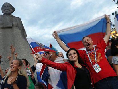 Torcedores comemoram a vitória da seleção russa contra a Espanha, no domingo passado, em Moscou.
