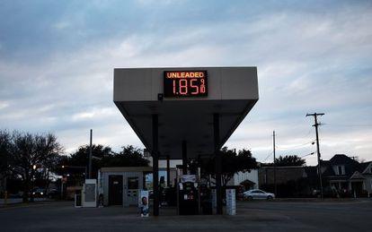 Posto de gasolina no Texas afetado pela queda dos preços.