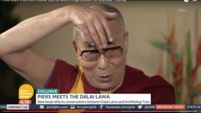 Dalai Lama durante a paródia sobre o topete de Trump.