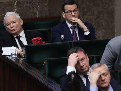 Jaroslaw Kaczynski, à esquerda, sentado sentado ao lado do primeiro-ministro Mateusz Morawiecki no Congreso.