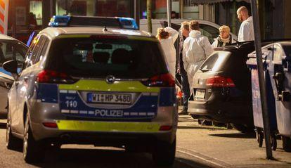 A polícia forense no bar onde ocorreu o ataque.
