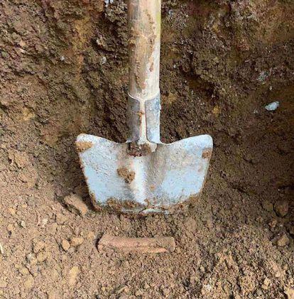 Ossada encontrada na escavação do terreno; imagem foi anexada aos autos do processo. REPRODUÇÃO