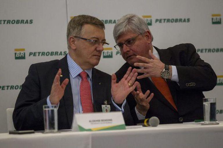 Janot, à direita, durante entrevista ao lado de Aldemir Bendine, no Rio.