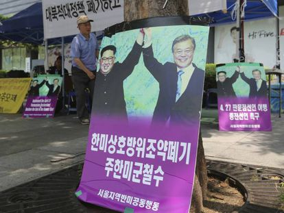 Cartazes com os líderes das duas Coreias, Kim Jong-un, à esquerda, e o presidente Moon Jae-in.