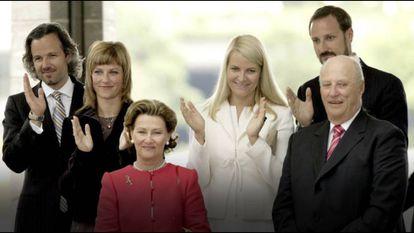 Os reis Sonia e Harald da Noruega, a princesa Märtha Louise e Ari Behn e os príncipes Haakon e Mette-Marit em Stavanger, em 2007.