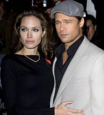 Já antes de se casar com Brad Pitt, a atriz Angelina Jolie foi célebre por seus curiosos costumes sexuais: desde brincar com facas na cama até beijar seu irmão na boca em público. Em 2007, já casada com Pitt, o trio que fez com seu marido e a 'top model' Karolina Kurkova foi manchete da imprensa. Nesse momento, a relação entre Pitt e Jolie não estava em seu melhor momento e eles tentavam retomar o interesse de todas as maneiras. Talvez por isso, depois de uma festa o casal convidou a modelo ao seu quarto para uma excitante sessão de sexo a três.