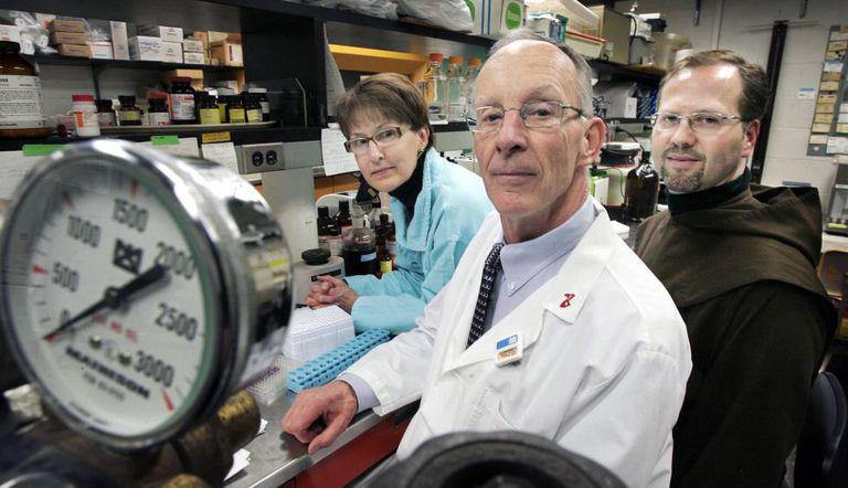 O monge Dennis-Anthony Wyrzykowski, à direita, com os doutores James Dobson e sua esposa Susan, no laboratório em que desenvolveram a fórmula do Easeamine.