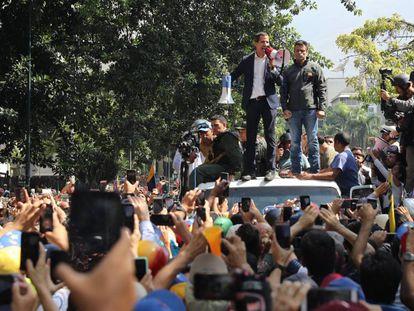 Guaidó discursa aos seus seguidores na terça-feira em Caracas.