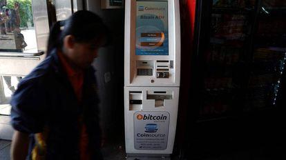Caixa eletrônico que permite a compra de bitcoins, em Nova York.