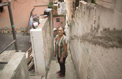 A vendedora ambulante Josefa Severina de Souza mora em uma casa de três quartos com os filhos e o marido no bairro Jardim do Colégio, em Embu das Artes, na Grande São Paulo.