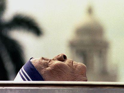 O corpo da madre Teresa na cidade indiana da Calcutá, em 1997.