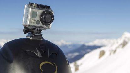 Câmera GoPro no capacete de um esquiador nos Alpes franceses.