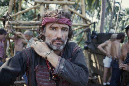 Dennis Hopper exigiu 25 gramas de cocaína para construir seu personagem. E recebeu. Na imagem, o ator no set.