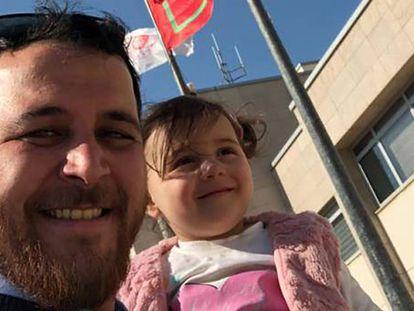 Menina cujo pai a fazia rir das bombas escapa da guerra na Síria