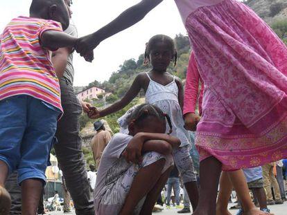 Crianças refugiadas brincam em Ventimiglia (Itália).