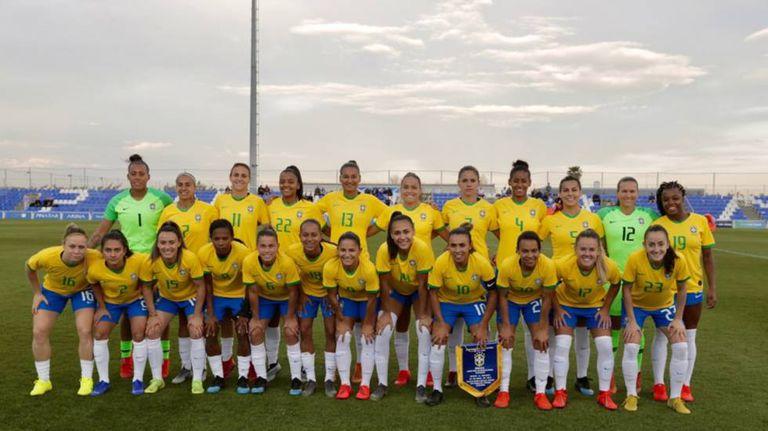 Seleção feminina contra a Escócia, no último amistoso antes da convocação.
