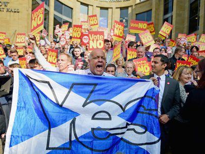 Partidários do sim à independência irrompem em um ato da campanha do não à secessão, na quinta-feira em Glasgow.