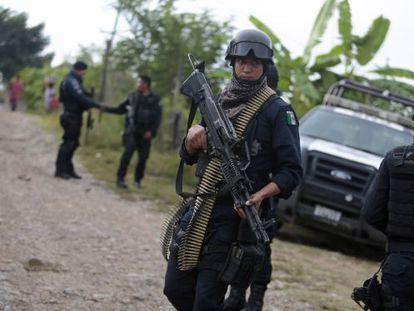 Um policial mexicano vigia as fossas de Iguala.