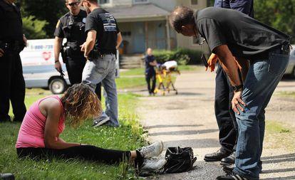 Agente sanitário atende mulher com overdose em Warren (Ohio).