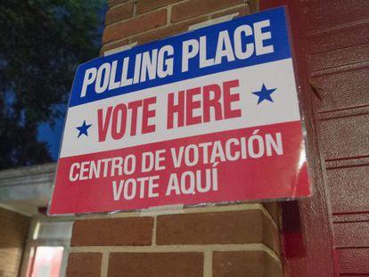 Cartaz indica o centro eleitoral em Arlington, Virginia.
