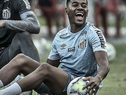 Robinho treina com o time do Santos.