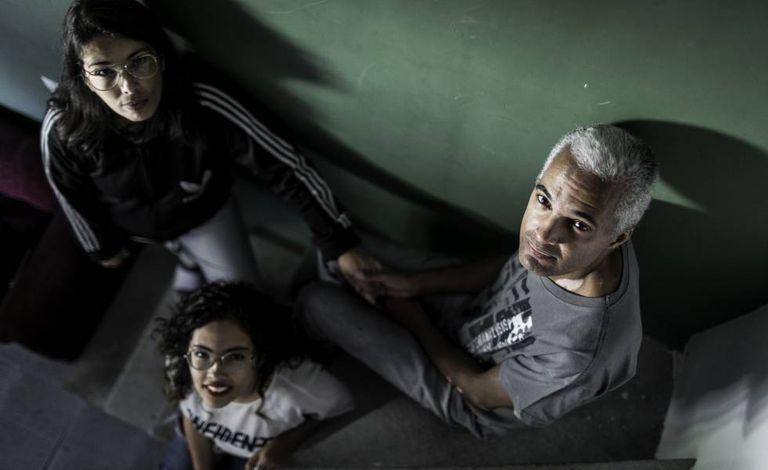 Gilvan Santos, a filha caçula e a mulher.
