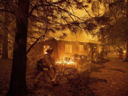Bombeiros lutando contra o fogo em Paradise, Califórnia, em 9 de novembro.