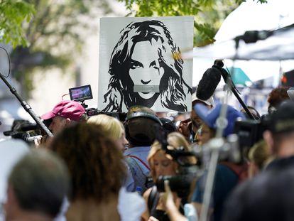 Fãs da cantora Britney Spears se manifestam do lado de fora do tribunal de Los Angeles.