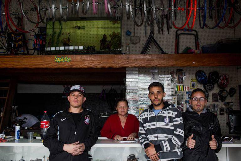 Da esquerda para direita: Sergio, Lindalva, Renan e Helton, na bicicletaria. Todos votaram em João Doria.