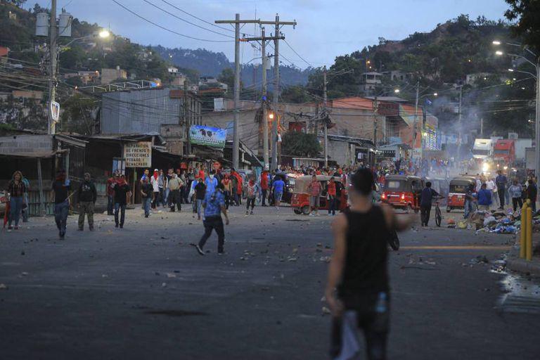 Manifestantes entraram em confronto com a policia nesta sexta-feira, em Tegucigalpa.