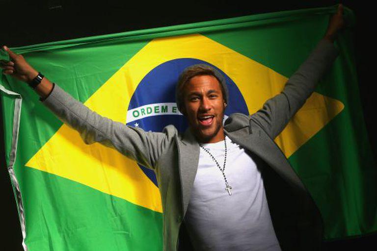 Neymar envolto na bandeira de Brasil.