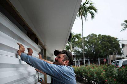 Homem cobre sua casa com placas de metal no estado da Flórida.