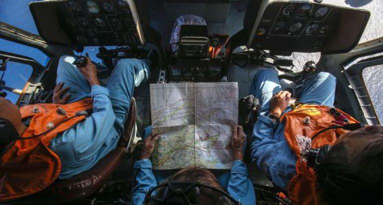 Militares vietnamitas rastreiam nesta segunda-feira desde um helicóptero uma zona próxima à ilha Tho Chu.