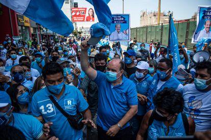 O candidato ultraconservador Rafael López Aliaga durante um comício de campanha em Lima, em 27 de março de 2021.