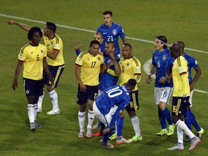Neymar (curvado) troca empurrões com Bacca antes de ser expulso.