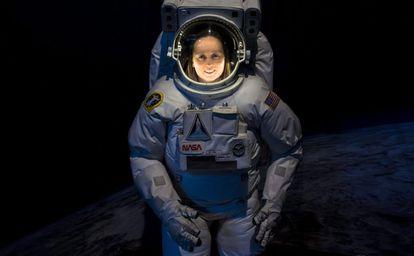 A cientista Andrea Opitz, pesquisadora da Academia Húngara da Ciência, posa vestida com um traje de astronauta.