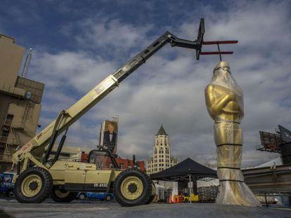Uma das estátuas dos Oscars na porta do Dolby Theater.