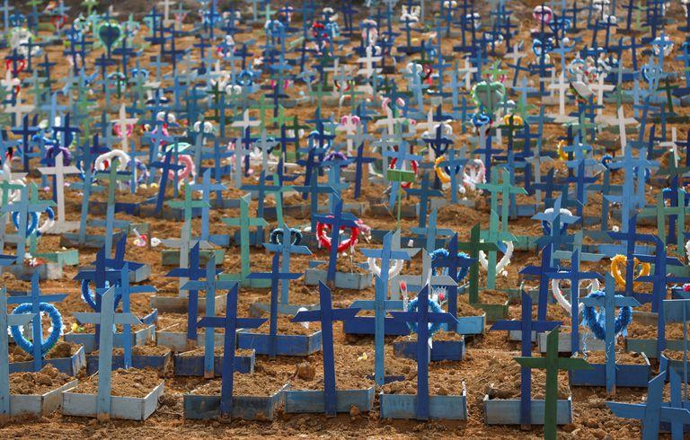 Túmulos no cemitério Parque Tarumã, em meio ao pico do surto de coronavírus em Manaus, em 11 de junho.