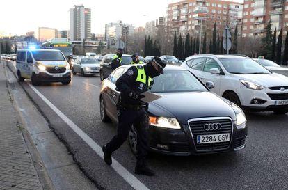 Controle policial em Madri (Espanha) durante estado de alerta por causa da poluição, em 28 de dezembro.