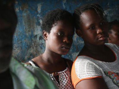 Mulheres assistem o vizinho ser preparado para o isolamento.
